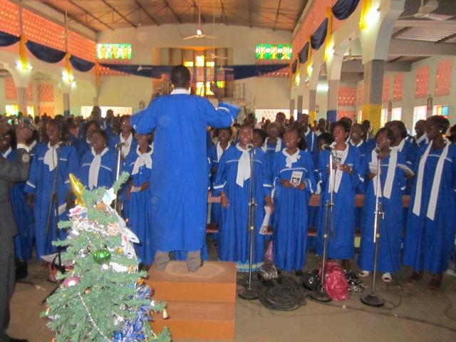 Fête de Noël à Ouagadougou:La chorale de la paroisse notre Dame de la Patte d'Oie applaudie