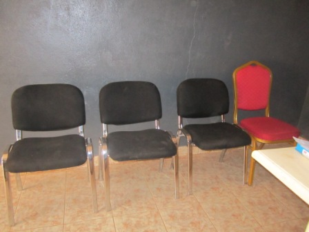 Des chaises pour visiteurs.