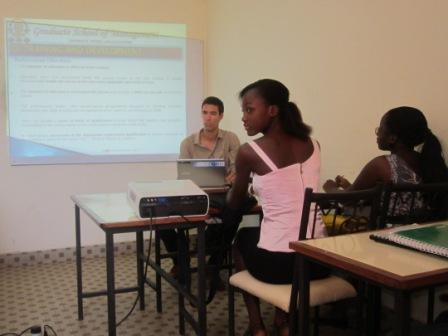 Un professeur encadre des étudiants par vidéo-projecteur à GSM Ouaga.