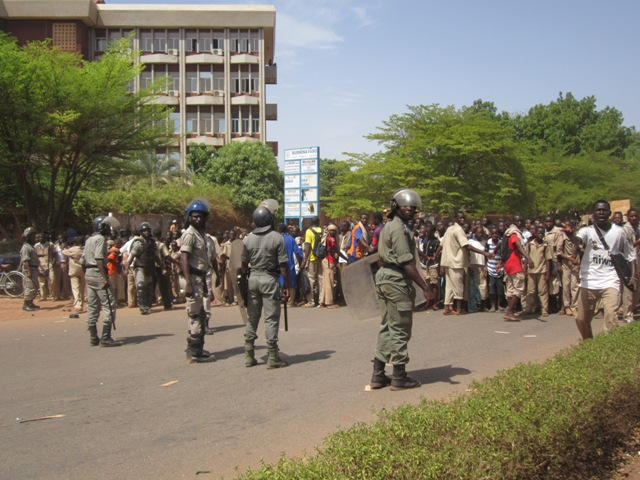 Burkina Faso:le ministre de la sécurité interpelle les acteurs de l'éducation et met en garde les élèves cagoulés perturbateurs des cours