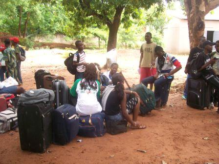 .Colonie de vacances  en partance pour la Côte d'Ivoire.