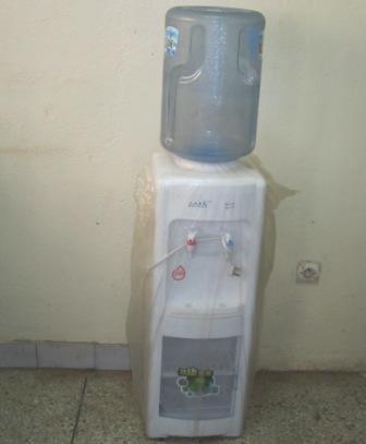Un mini-réfrigérateur pour bureau.