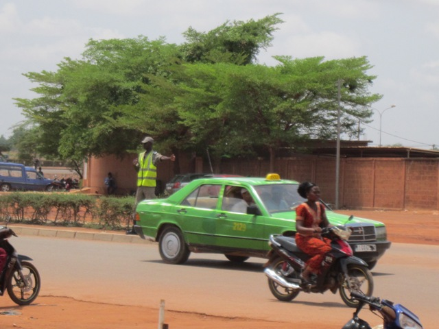 Régulation de la circulation routière à Ouagadougou : un dispositif policier qui dissuade les excès de vitesse et le non respect des feux tricolores.