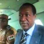 Le Président Blaise Compaoré à droite et le chef d'Etat major général des armées dans le véhicule blindé.