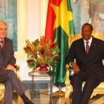 L'Ambassadeur de la République française auprès du Burkina Faso, Son Excellence Monsieur Emmanuel Beth.(à gauche) dit aurevoir au Président Compaoré et au peuple burkinabè.