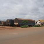 Des camions remorques chargés de marchandises importées,ont trouvé un nouvel espace de stationnement dans la Zone d'Activités Diverses (ZAD) de Ouagadougou.Après les formalités de douane,les gros transporteurs peuvent continuer leur chemin.Un véritable port sec à ciel ouvert,qui permet de fludifier la circulation dans cette zone de transit routier.