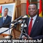 La photo officielle du président du Faso(à gauche),présentée par le ministre d'Etat chargé de missions à la présidence,Assimi Kouanda(àdroite)