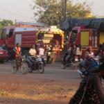 Pour cause des préparatifs du 53è anniversaire de l'armée burkinabè le 1er novembre 2013,des entraînements ont lieu sur le boulevard Khadafi à Ouagadougou.Une armada de matériels militaires dont des chars blindés sont alignés pour le défilé.Cela entraine des déviations pour les usagers de la route dans cette zone non loin de la Présidence du Faso.Puisqu'il s'avère difficile de pouvoir photographier les blindés,voici une colonne de véhicules de sapeurs pompiers que nous avions pu photographier en catimini.c'est une partie de l'arsénal du défilé pour le 53è anniversaire.La hierarchie militaire veut créer une confiance entre le peuple et l'armée.Il y'a du chemin à faire car les mutineries de 2011 restent encore dans la mémoire des citoyens où les hommes de tenues ont causé des torts aux civils.Si l'armée corrige ses agissements ,la confiance pourra se rétablir sur le long terme.
