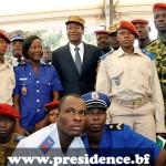 Le Président du Faso, Chef Suprême des Armées, Ministre de la Défense Nationale et des Anciens Combattants, Blaise Compaoré en costume et béret militaire n' a  pas cédè le pouvoir à l'armée.