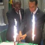 Le gâteau d'anniversaire coupé par l'ambassadeur et le ministre  burkinabè délégué à la coopération régionale, monsieur Thomas Palé.