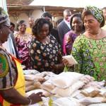 Mme Chantal Compaoré,un paquet en main,apprécie l'évolution positive de la transformation des aliments du Burkina pour des mets de qualité.