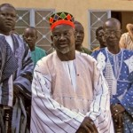 Sa Majesté le Mogho Naaba Bâongho , 37 è empereur des Mossé ( au milieu en bonnet rouge).