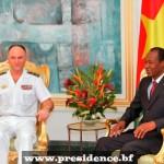 Le Vice-amiral d'escadre Marin Gillier, Directeur de la coopération de sécurité et de défense au ministère français des Affaires étrangères, le 15 janvier 2014, au Palais présidentiel de Ouagadougou,lors de son audience avec  le  président Blaise Compaoré(à droite).