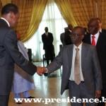 """""""Le Burkina Faso souscrit aux décisions prises au Sommet de l'UEMOA tenu le 24 octobre 2013 à Dakar, visant l'accélération de l'intégration de l'Afrique au plan monétaire"""".dixit le président Blaise Compaoré(à gauche)."""