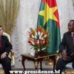 Le ministre délégué aux affaires africaines et maghrébines d'Algérie, Abdelmadjid Benguerra(à gauche) reçu par le président Blaise Compaoré.