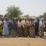 Photo de famille des membres de l'association Wend-Yam sur le site de dépôt d'ordures le 15 mars 2014 à Ouagadougou.