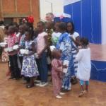 La clinique les Genets de Ouagadougou a célébré le jeudi 27 mars 2014,son 10è anniversaire avec la présence des premiers bébés nés en 2003/2004 dans sa clinique ultra-moderne aux normes internationales. Un anniversaire placé sous le parrainage du Pr Philippe LEJEUNE,directeur général du Centre Hospitalo Universitaire(CHU) de Charleroi en Belgique,ici à l'arrière plan de la photo avec les enfants.