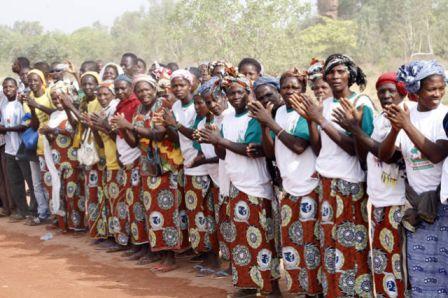 Des femmes de Sindou accueillent chaleureusement le Président du Faso.