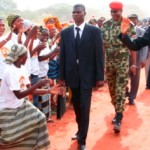 Le Président Blaise Compaoré(à droite,en cravate rouge) lors d'un bain de foule à Sindou.Il est bien encadré par des éléments de sa sécurité en costumes avec leur chef en tenue de combat,le général Gilbert Diendéré,chef de l'Etat major particulier de la Présidence du Faso.