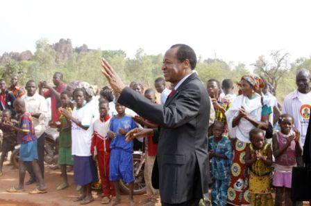 Des jeunes de Sindou saluent la visite du Chef de l'Etat dans leur ville avec enthousiasme.