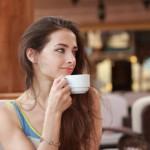 Les raisons de ce bienfait du café demeurent inconnues. Les chercheurs penchent pour plusieurs hypothèses qui vont des propriétés du café à l'impact de celui-ci sur les bactéries intestinales.