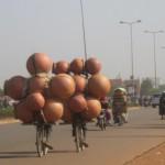 Deux cyclistes expérimentés transportant des canaris sur le boulevard France-Afrique à Ouagadougou le 02 avril 2014.