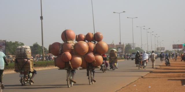 Arrêt sur image : ces cyclistes acrobates transporteurs de canaris de dolo à Ouagadougou !