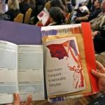 Un décret de naturalisation français est remis aux personnes régularisées lors d'une «cérémonie d'accueil de citoyenneté».Reuters/Eric Gaillard