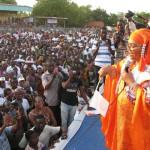 """La première Dame du Faso,Mme Chantal Compaoré face à la foule pour le reférendum le 12 Avril 2014 au stade Wobi de Bobo-Dioulasso rempli """"recto-verso.."""" Photo:Lefaso.net"""