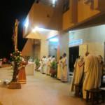 Une dizaine de prêtres à la messe de la nuit pascale à la paroisse Jean XXIII de Ouagadougou.