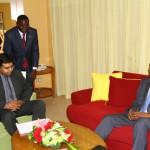 « En plus de l'électricité, nous pourrons investir dans d'autres domaines pour le développement de votre pays», a soutenu M. Uppal. devant Blaise Compaoré(à droite).