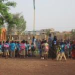 Des enfants de 5 à 10 ans, montent les couleurs en chantant l'hymne national du Burkina à haute et intelligible voix. au complexe scolaire SICO de Ouaga 2000.