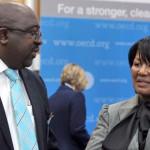 Le nouveau ministre sud-africain des Finances Nhlanhla Musa Nene (L), occupait depuis 2009 les fonctions de ministre délégué aux Finances, avec la ministre déléguée au Commerce, Tobias-Pokolo, le 24 juin 2009 à Paris.AFP PHOTO ERIC PIERMON