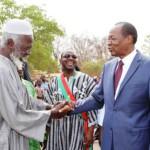 Blaise Compaoré (à droite) et Boukary Kaboré dit le lion(opposant),le 09 Mai 2014 à Poa.Qu'ont-ils bien pu se dire?Est-ce la fin des hostilités ouvertes entre ces deux hommes issus de l'armée et qui se connaissent bien?