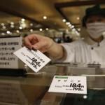 Un employé d'un supermarché de Chiba, à l'est de Tokyo, change les prix avant le passage de la taxe sur la consommation de 5% à 8%, le 1er avril 2014.REUTERS/Yuya Shino/Files