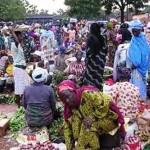 Des femmes dans un petit marché de Bobo-Dioulasso.