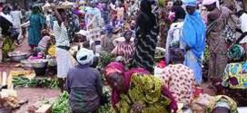 Un guérisseur menace des sorciers dans un marché de Bob-Dioulasso au Burkina