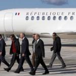 Le chef de l'Etat, François Hollande, et deux de ses ministres, accueillent des otages libérés par Aqmi, le 30 octobre 2013, à l'aéroport de Villacoublay (Yvelines). (FRANCOIS GUILLOT / AFP)