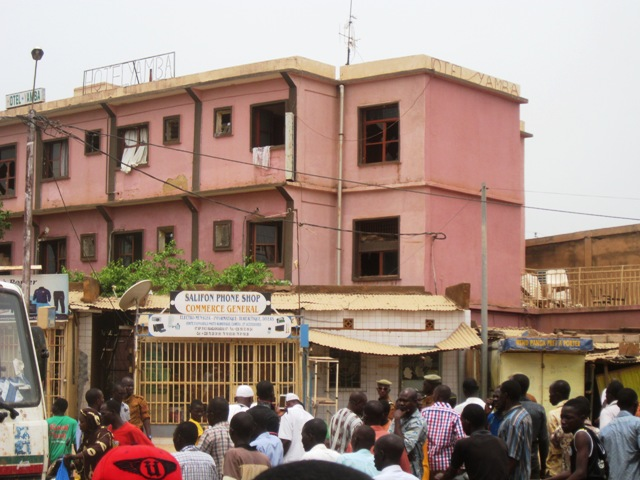 L'hôtel Yamba situé à proximité du bâtiment d'où l'explosion s'est produite, a été aussi victime de l'impact du choc qui a fait voler en éclats quelques vitres de l'hôtel.