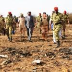 Blaise Compaoré(au milieu et en costume) sur les lieux du drame le 25 juillet 2014.