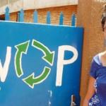 La coordonnatrice de l'association Les Filles du Facteur, Lorelei Bourcheix devant le siège de l'association SWOP à Ouagadougou.