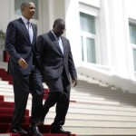 La position américaine sur les révisions constitutionnelles pour permettre à un président sortant de briguer un mandat supplémentaire, n'a pas varié d'un iota depuis les déclarations de John Kerry à Kinshasa en mai. « Nous avons découragé tous les dirigeants des pays où de tels amendements sont envisagés, notre position sur ce dossier est très claire », a encore déclaré Linda Thomas Greenfield. Ici Barack Obama et Macky Sall au palais présidentiel de Dakar, le jeudi 27 juin. REUTERS/Jason Reed