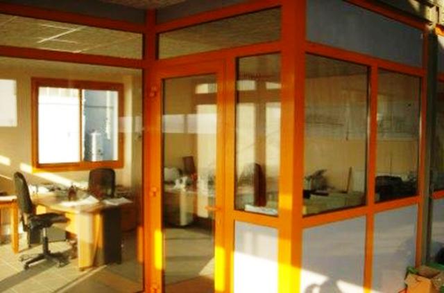 Un modèle de cloisonnement par vitres pour plus d'espaces dans vos bureaux et ateliers.