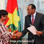 La présidente sortante du Conseil supérieur de la communication (CSC), Béatrice Damiba, a remis au président du Faso, Blaise Compaoré, le rapport public 2013 de l'institution, le vendredi 5 septembre 2014 .