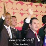 Le Président du Faso,Blaise Compaoré(à gauche) et le Président Taïwanais MA Ying Jeou(à droite),tous deux les mains levées,veulent dynamiser davantage les relations entre les deux Etats.