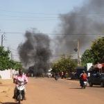 Scènes d'incendies dans des rues de Ouagadougou le 30 Octobre 2014.
