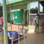 Tous les malades et visiteurs de l'hôpital Yalgado sont  exhortés à se laver soigneusement et gratuitement les mains dans ces bacs publics.  (Photo:laborpresse.net)