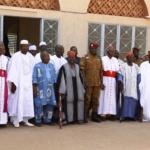 Le lieutenant-colonel ZIDA parmi les autorités coutumières et religieuses le 04 novembre 2014 dans la cour royale du Mogho Naba Baongho(bonnet rouge et canne à la main) à Ouagadougou.