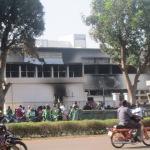 Nettoyage le 1er novembre 2014 devant l'Assemblée nationale incendiée le 30 Octobre 2014 par les populations en insurrection.