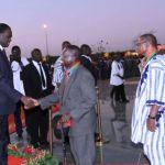 Le Président du Faso,Michel KAFANDO (à gauche) salue des citoyens décorés.